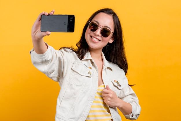 Fille avec smartphone