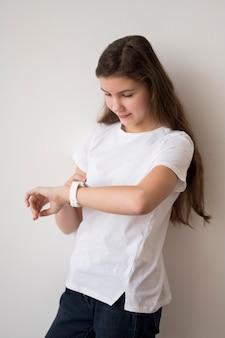 Fille avec smartwatch
