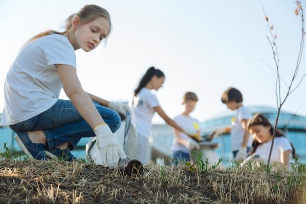 Fille sociable nettoyant le parc de sa ville
