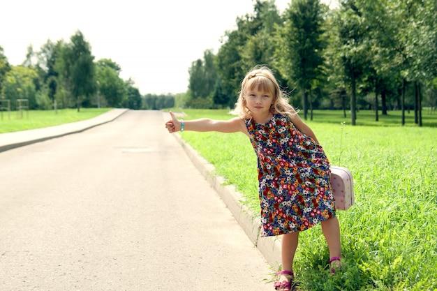 Fille solitaire arrête une voiture