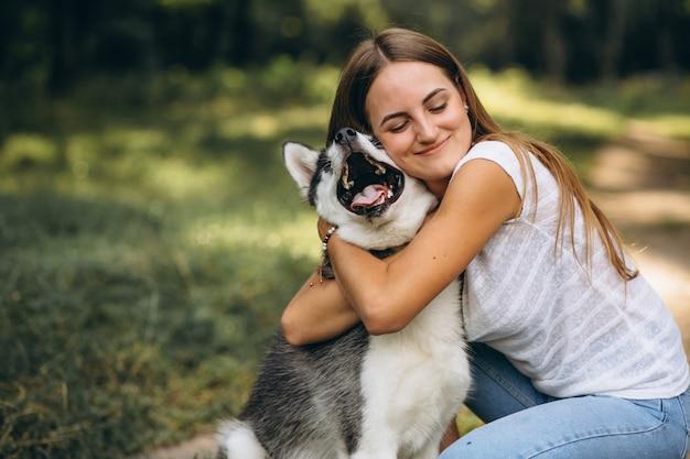 Fille avec son chien dans le parc