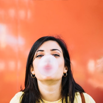 Fille soufflant un bubble-gum