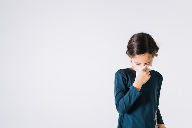 Fille soufflant le nez