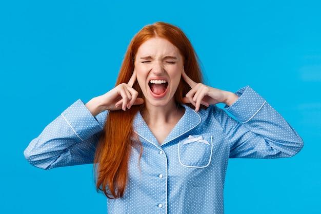 Une fille souffrant de dépression mentale ne peut pas dormir dans un endroit aussi bruyant