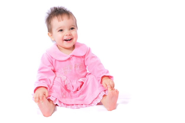 Fille souriante assise sur le sol