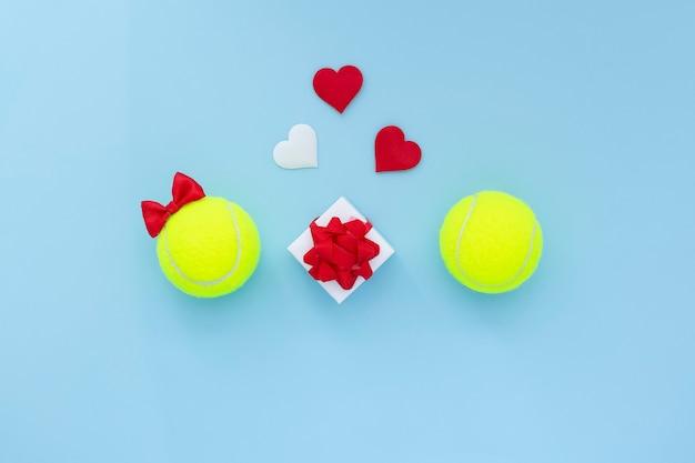 Fille souriante de balles de tennis avec arc rouge et garçon et coeurs. carte de célébration de tennis de saint valentin