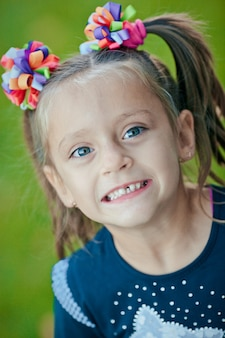 Fille souriante avec dent manquante en été