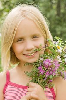 Fille souriante, à, fleurs