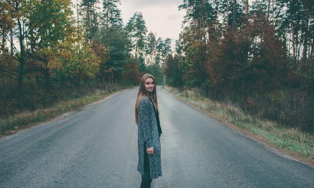 Fille souriante, sur, route forestière