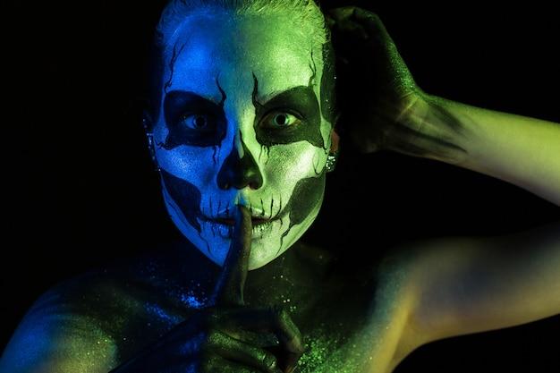 Fille spooky avec maquillage squelette