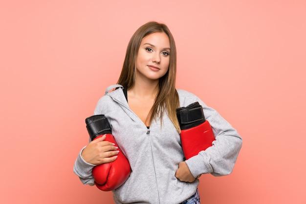 Fille de sport adolescent avec des gants de boxe