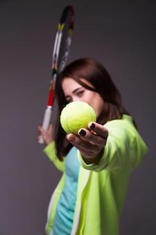 Fille sportive en bonne santé avec une raquette de tennis et une balle