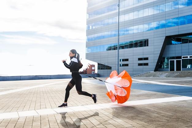 Fille sportive avec entraînement du corps en forme à l'extérieur