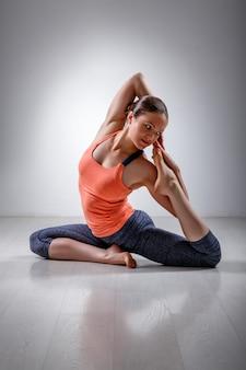 Fille sportive en forme pratique le yoga asana eka pada kap