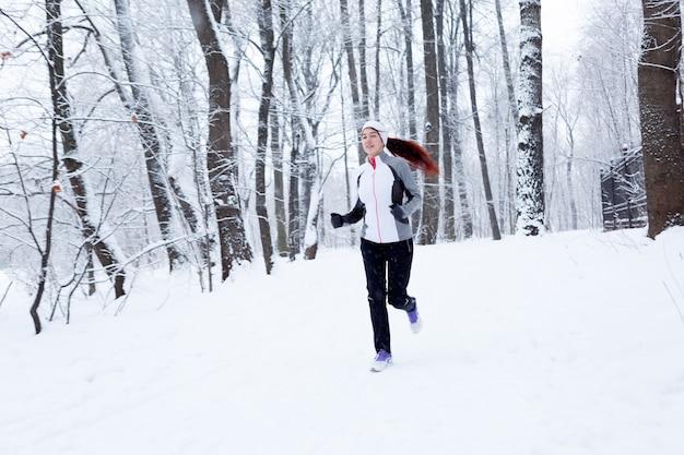 Fille sportive en jogging matinal