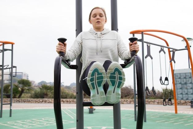Fille sportive, tendue, entraînant les muscles inférieurs de la presse
