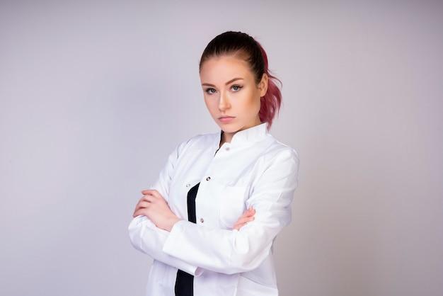 Fille stable en uniforme de médecin blanc