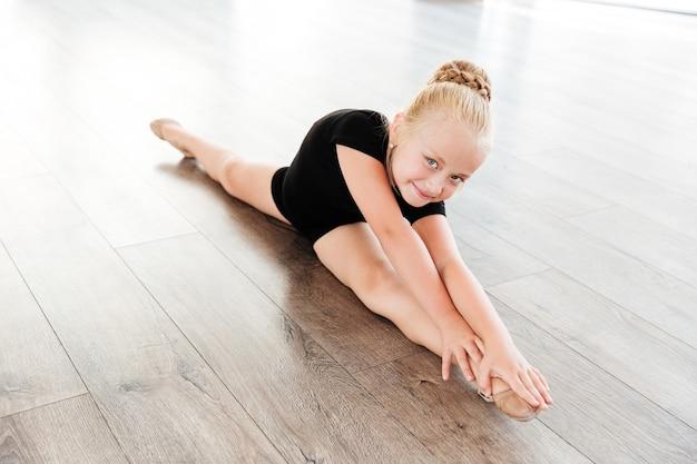 Fille en studio de ballet