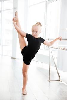 Fille en studio de danse