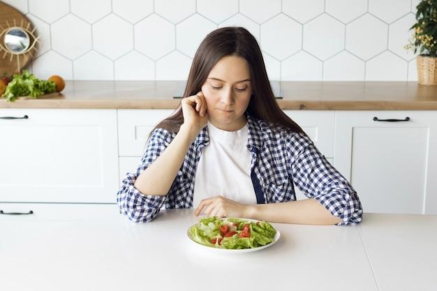 La fille suit un régime, la fille change ses habitudes alimentaires en une alimentation saine