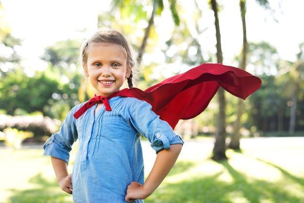 Fille de super-héros dans le parc