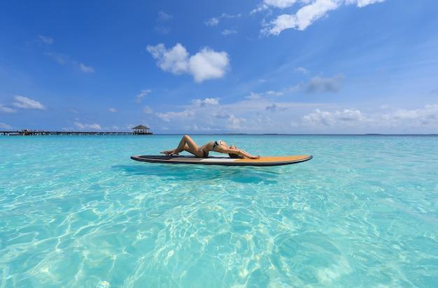 Fille de surf sup aux maldives