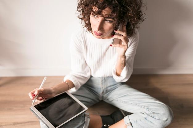 Fille avec une tablette