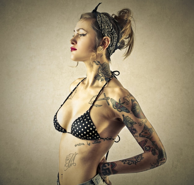Fille tatouée de style pin-up