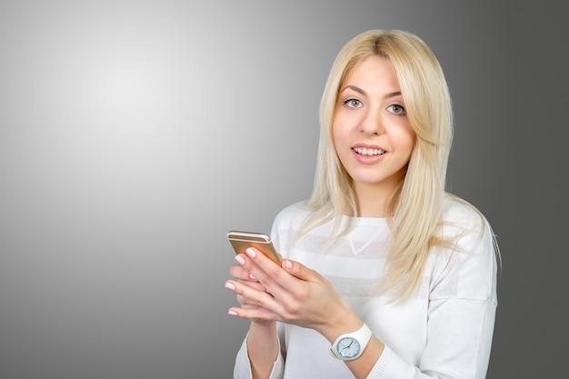 Fille avec un téléphone intelligent
