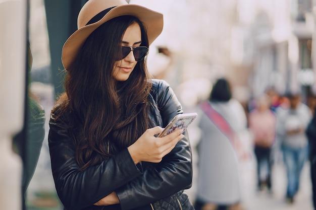 Fille avec téléphone à istanbul