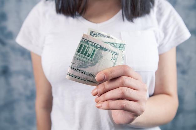Fille tenant de l'argent dans ses mains