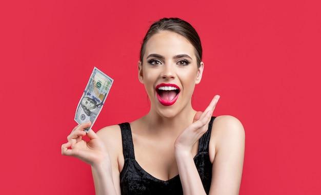 Fille tenant de l'argent liquide en billets en dollars. femme tenant beaucoup