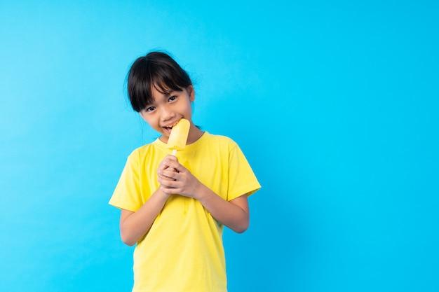 Fille tenant un bâton de crème glacée