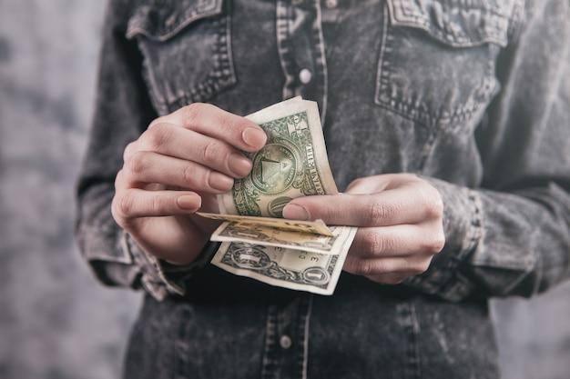 Fille tenant beaucoup d'argent dans ses mains
