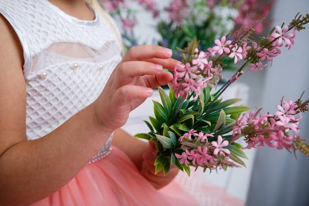 Fille tenant un bouquet de fleurs fraîches roses