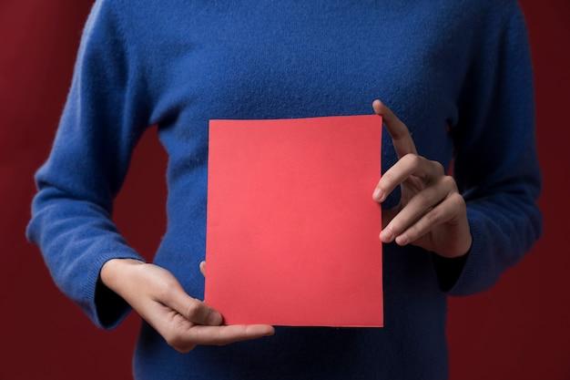 Fille tenant une carte de voeux pour la fête des pères