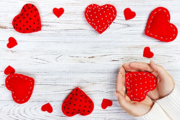 Fille tenant un coeur rouge. carte de voeux saint valentin.