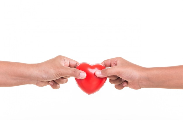 Fille tenant et donnant un coeur rouge à la main de sa mère isolée on white