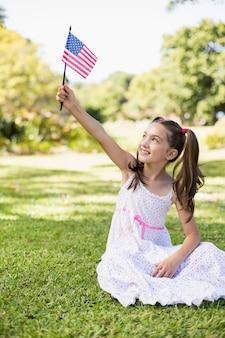 Fille tenant un drapeau américain