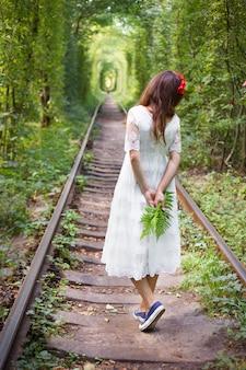Fille tenant une fougère, tunnel d'amour