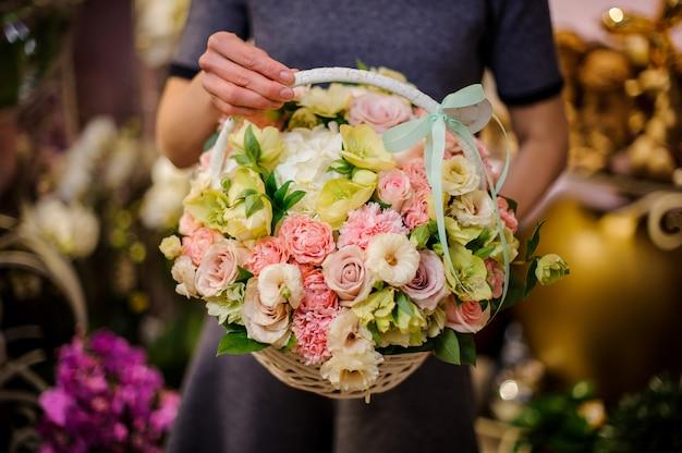 Fille tenant un petit beau panier de fleurs tendres