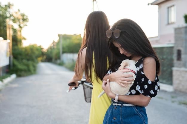 Fille tenant un petit chien dans ses bras