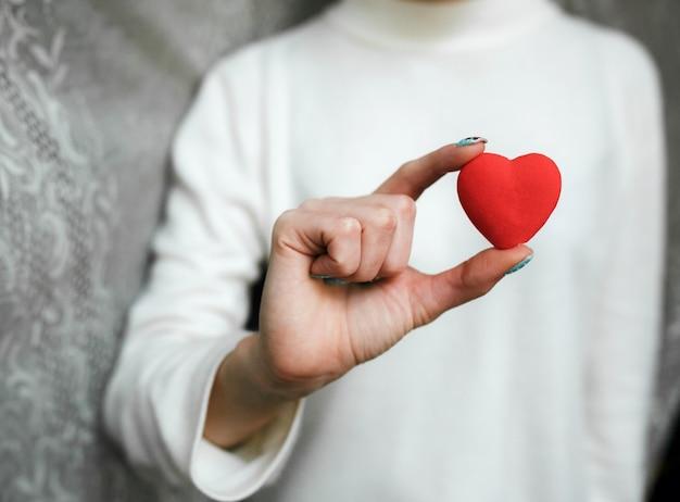 Fille Tenant Un Petit Coeur Charmant (petites Choses Pour La Saint-valentin) Photo gratuit