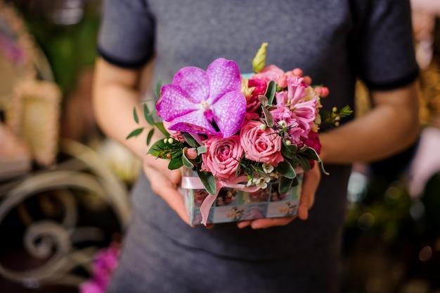 Fille tenant une petite belle boîte de fleurs
