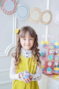 Fille tenant des petits gâteaux
