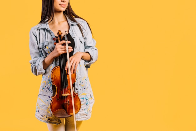 Fille tenant un violon