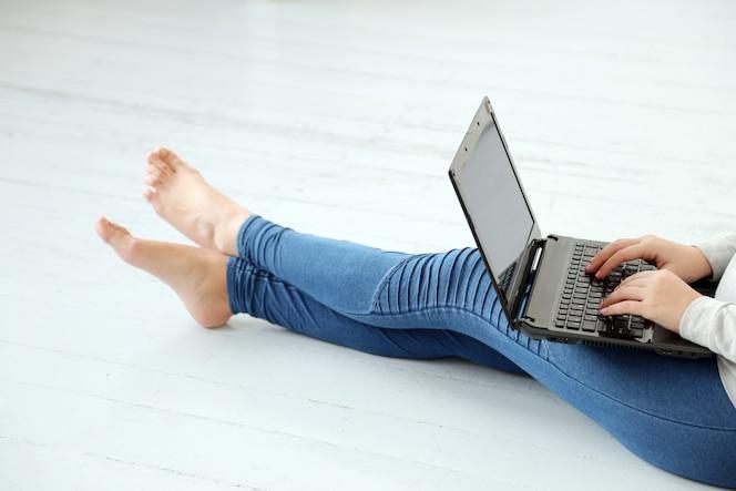 Fille sur le terrain avec un ordinateur portable