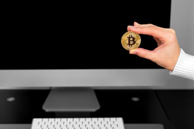 Fille tient une crypte à la main sur un fond d'ordinateur portable