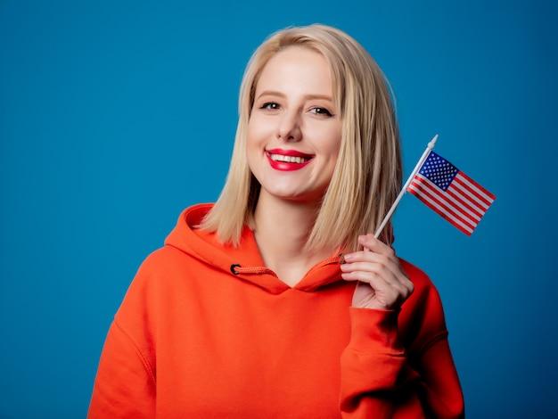 Fille tient le drapeau des états-unis d'amérique