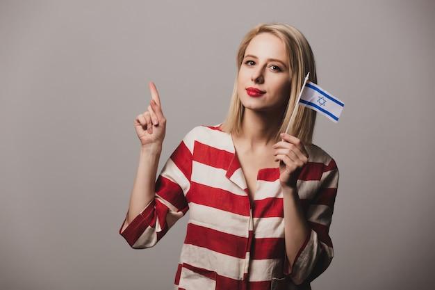 Fille tient le drapeau d'israël